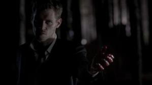 Klaus asesinando a sus híbridos