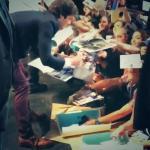 Firmando autografos